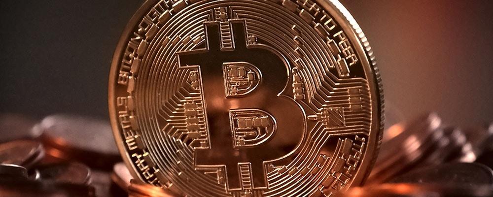 Bitcoin e banconote: i costi di produzione e il preside licenziato